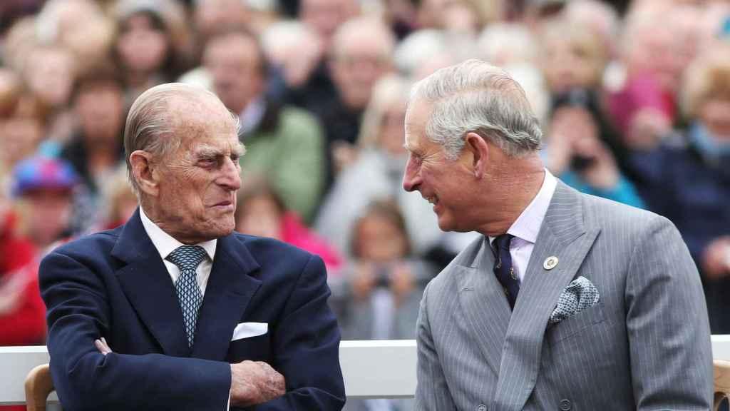 El duque de Edimburgo y el príncipe Carlos, en una imagen de archivo.