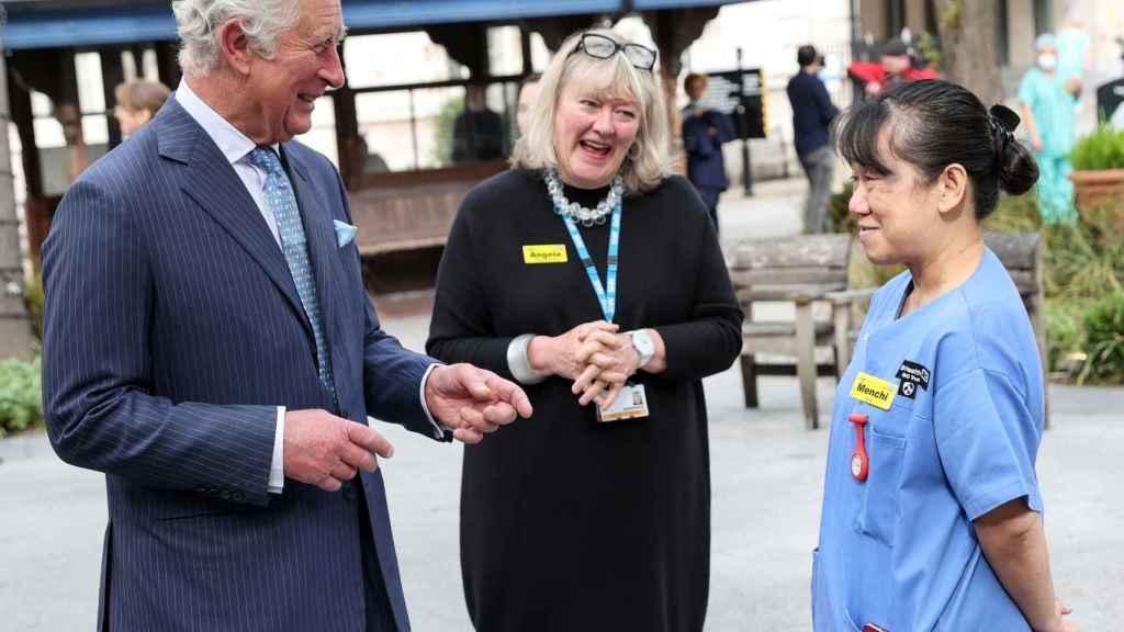 El príncipe Carlos ha hecho un recorrido por el Hospital San Bartolomé.