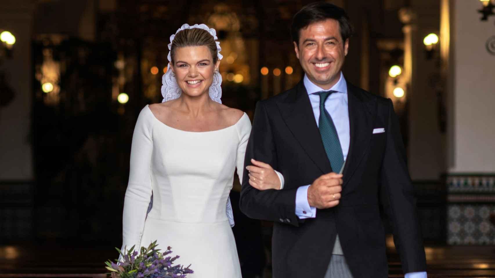 Alejandra Ruiz de Rato y Ernesto Novales a la salida de la iglesia tras convertirse en matrimonio.