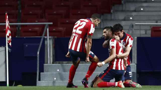 Yannick Carrasco celebra con sus compañeros su gol