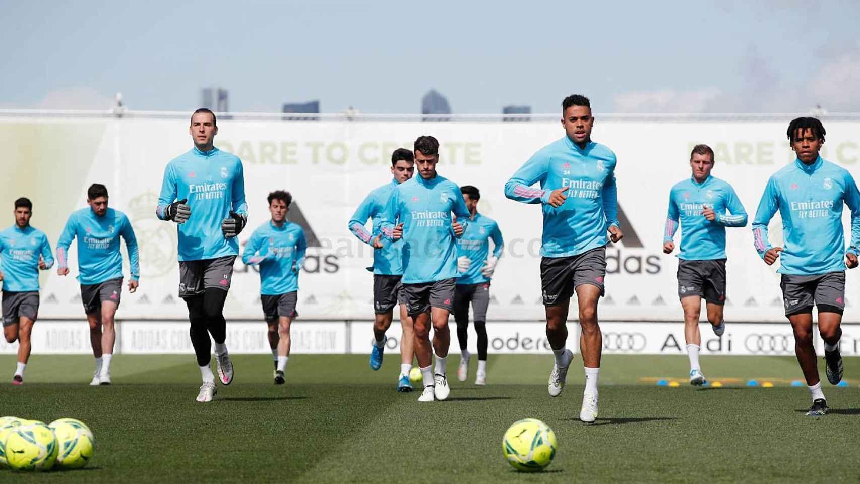 Marco Asensio, Fede Valverde, Andriy Lunin, Álvaro Odriozola, Miguel Gutiérrez, Antonio Blanco, Mariano Díaz, Toni Kroos y Víctor Rofino, durante un entrenamiento del Real Madrid