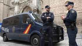 Dos policías nacionales en la Plaza del Ayuntamiento de Toledo. Imagen de archivo.