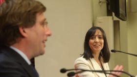 El alcalde de Madrid, José Luis Martínez Almeida, y la delegada del Gobierno, Mercedes González, en su rueda de prensa conjunta.