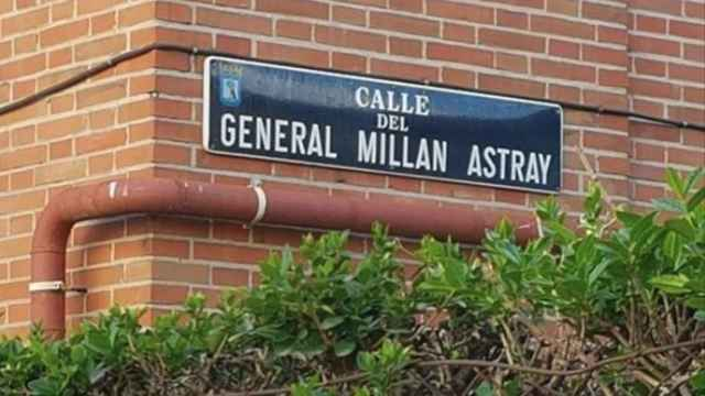 Placa de la calle en honor al general Millán-Astray, antes de ser retirada.