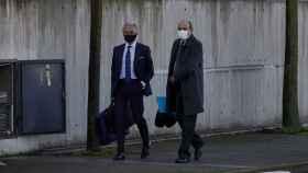 El abogado del PP, Jesús Santos (i), a su llegada al juicio por la presunta caja 'b' del PP.
