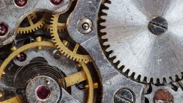 Un mecanismo con piezas compuestas de varios  metales.