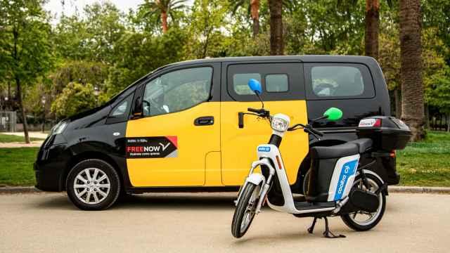 Imagen de un taxi y una motocicleta compartida de Cooltra incluídos en los servicios de Free Now.