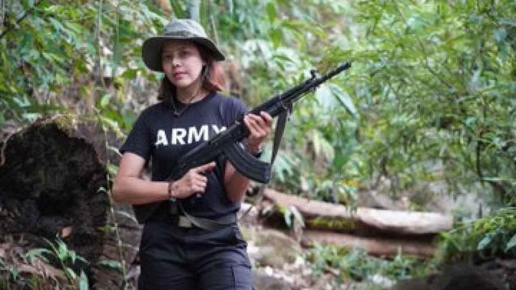 La miss y modelo birmana Htar Htet Htet rifle en mano.