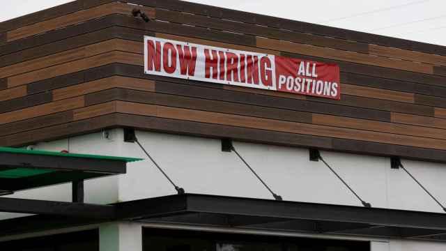 Un cartel para contratar a trabajadores delante de un local en Estados Unidos.