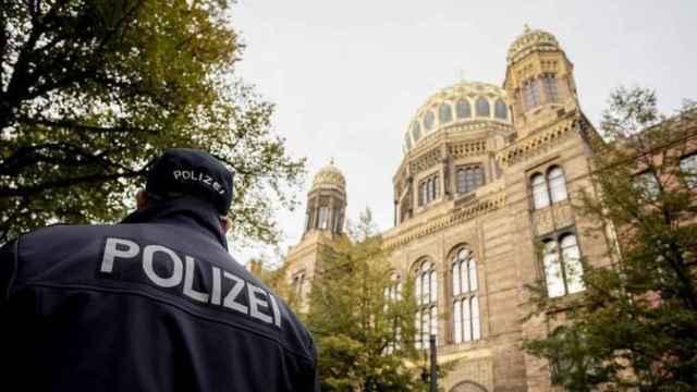 Un agente de la policía Alemana frente a la Sinagoga de Halle.
