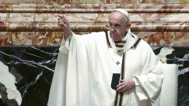 El Papa Francisco durante la celebración de la vigilia Pascual en El Vaticano.