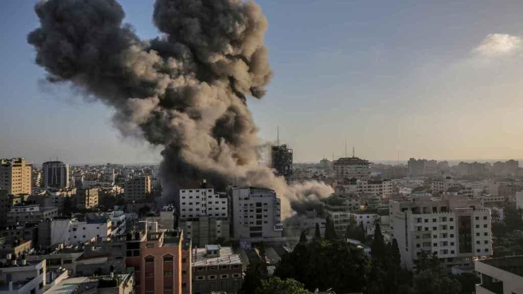 Vista de humo después del ataque israelí a la torre Al-Shorouq en la ciudad de Gaza.