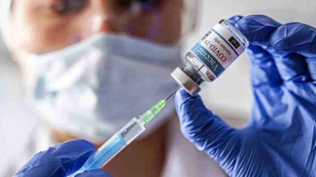 La mezcla de AstraZeneca y Pfizer provoca más efectos secundarios