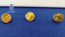 Las tres monedas de oro romanas recuperadas.
