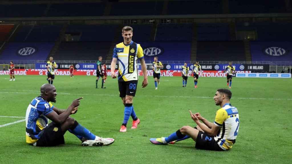 Lukaku y Achraf celebran un gol