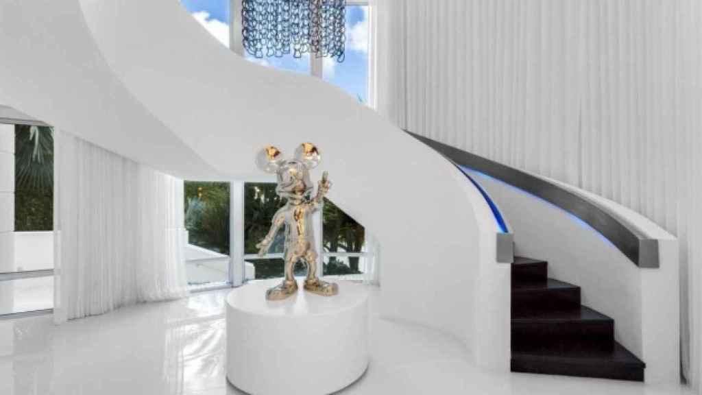 La escalera de caracol, escoltada por una estatua de Mickey Mouse.