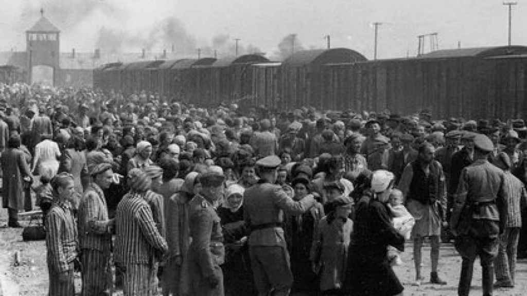 Prisioneros llegando al campo de concentración de Auschwitz.