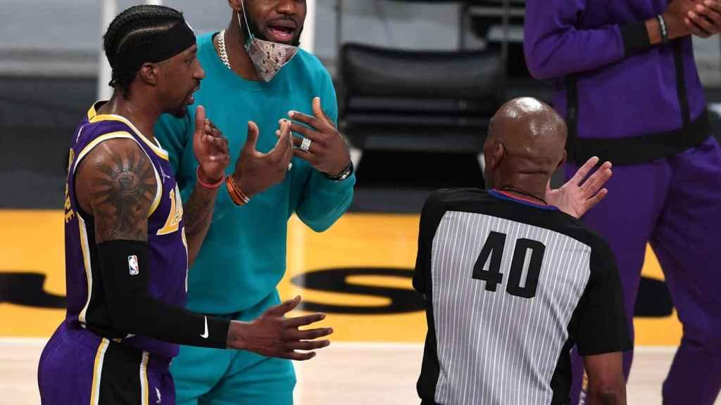 LeBron James protesta una acción a uno de los árbitros de un partido de la NBA