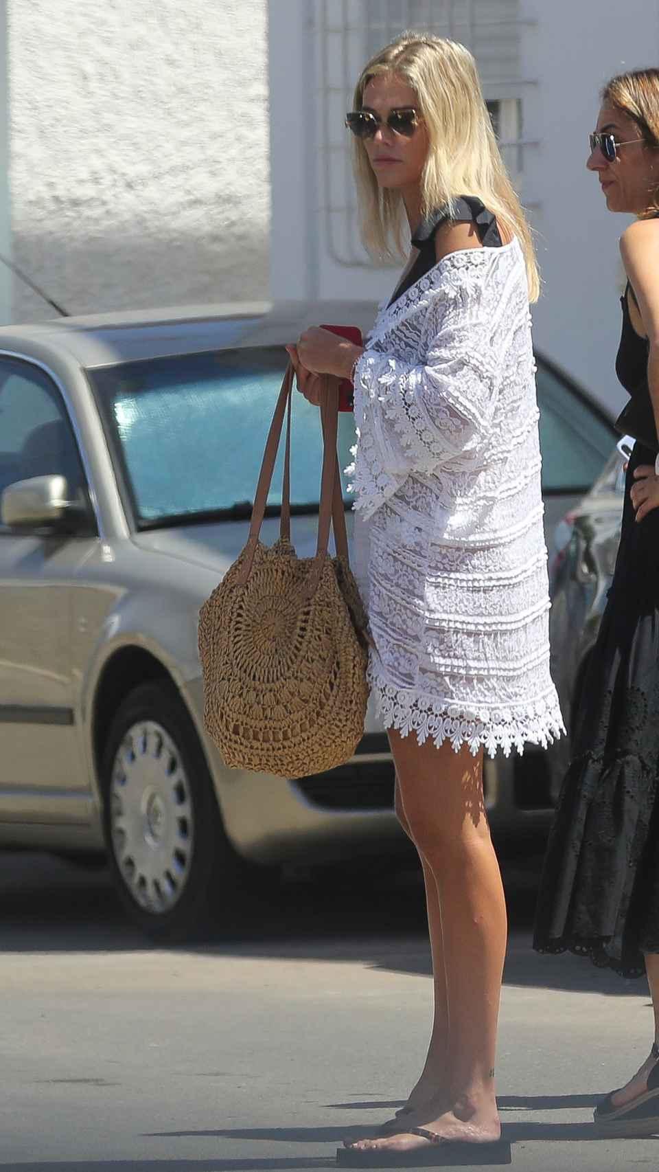 Ana Soria con una chaqueta larga de croché en una imagen del verano de 2020.