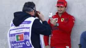 Carlos Sainz enseña su pase en el Gran Premio de Portugal de Fórmula 1 de 2021