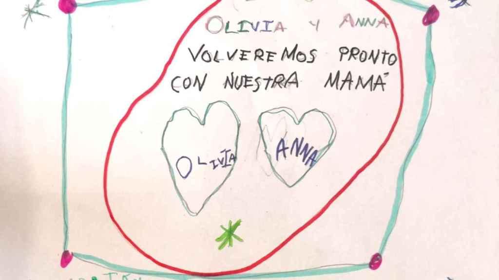 Dibujos que le han hecho llegar a su madre.