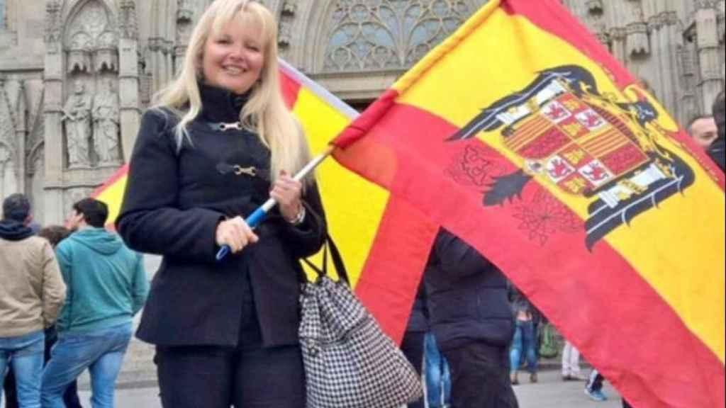 Marta posa con la bandera preconstitucional