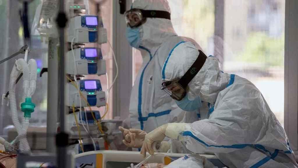 Sanitarios durante una intervención, en imagen de archivo.