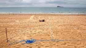 Playa de Benidorm parcelada y vacía justo antes del fin del estado de alarma.