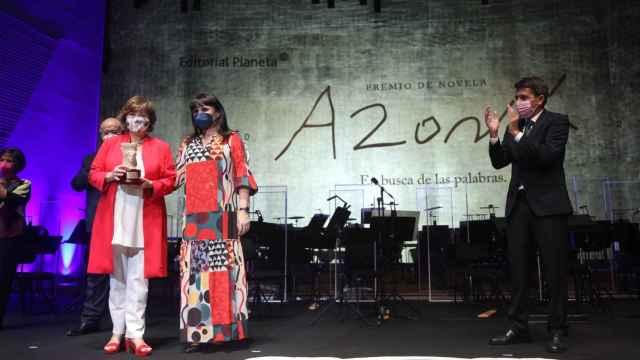 Nativel Preciado recibe el premio Azorín 2021 por su novela 'El santuario de los elefantes', con Parra y Mazón.