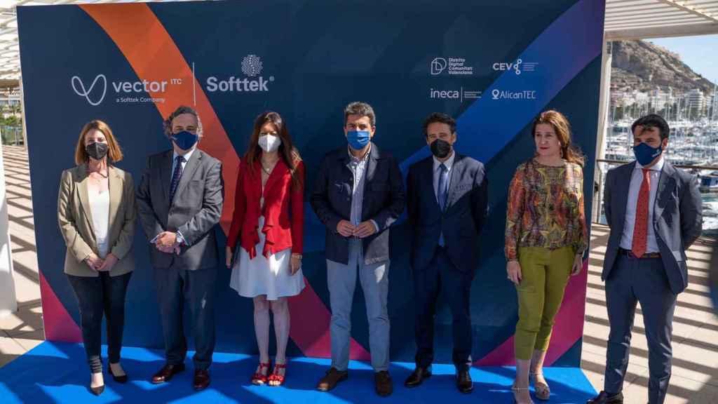 El CEO de Vector, Carlos Delgado, y su director comercial, Javier Agulló, junto a la consellera, la primera teniente de alcalde Alicante y el presidente de la Diputación de Alicante.