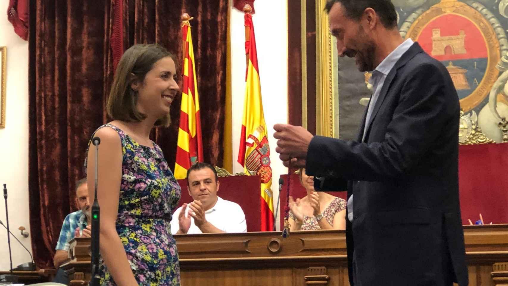 El alcalde Carlos González y la edil de Compromís Esther Diez, en la toma de posesión de 2019.