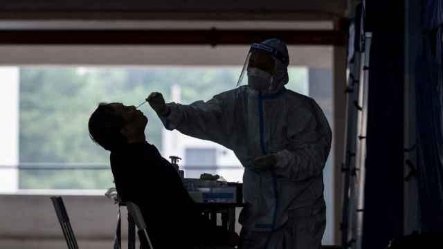 Un sanitario realiza una prueba de detección del coronavirus.