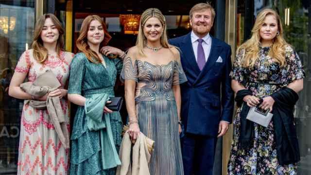 Máxima de Holanda junto a su esposo Guillermo y sus tres hijas, en la celebración de su 50 cumpleaños.