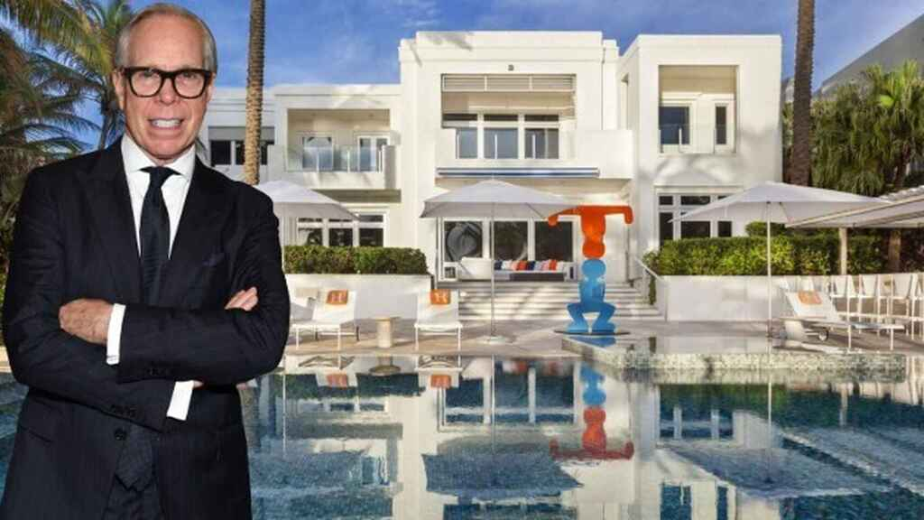 Tommy Hilfiger delante de la fachada de la casa que acaba de vender, en un montaje de JALEOS.