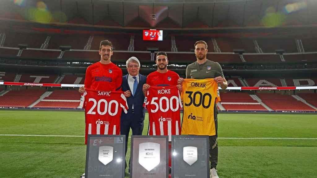 Savic, Koke y Oblak, con las placas conmemorativas del Atlético de Madrid
