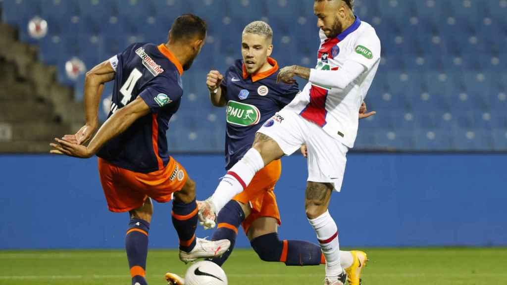 Neymar en un lance del juego en su partido contra el Montpellier