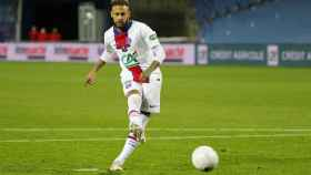 Neymar lanzando un penalti con el PSG