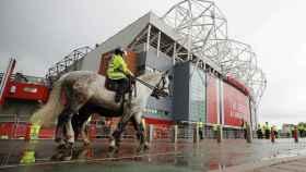 Oficiales de seguridad alrededor de Old Trafford