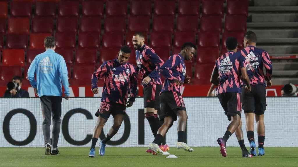 Calentamiento de los jugadores del Real Madrid en Los Cármenes