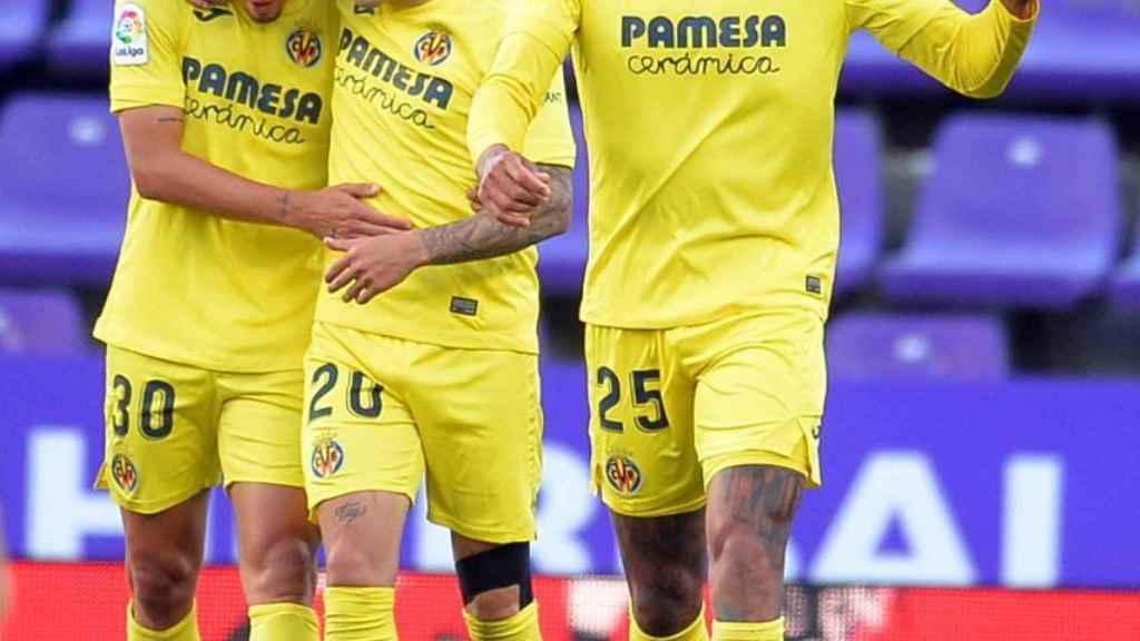 Los jugadores del Villarreal celebran con Capoue su gol