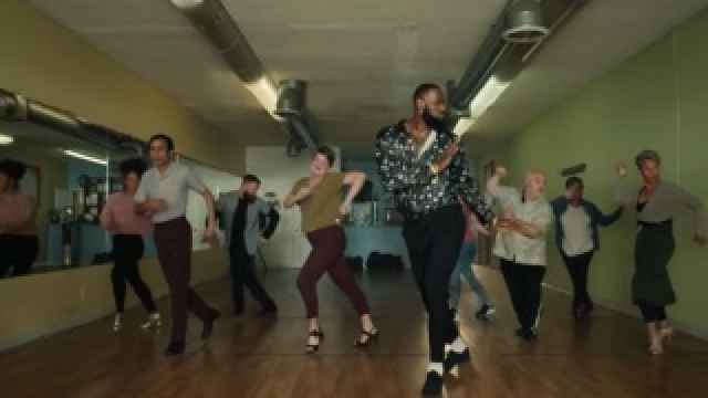 Anuncio de LeBron James bailando salsa