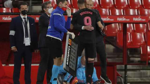 Zinedine Zidane felicita a Karim Benzema tras su gol al Granada
