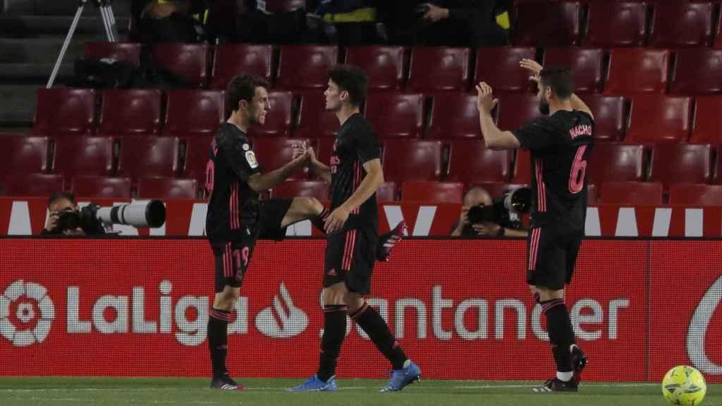 Los jugadores del Real Madrid felicitan a Álvaro Odriozola por su gol al Granada