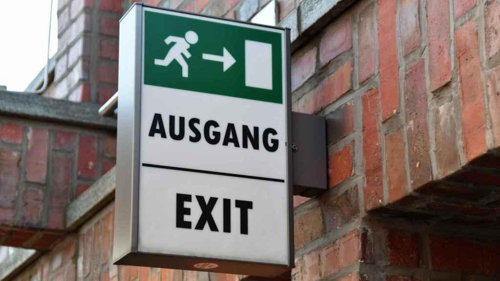Un cartel de salida en inglés y alemán.