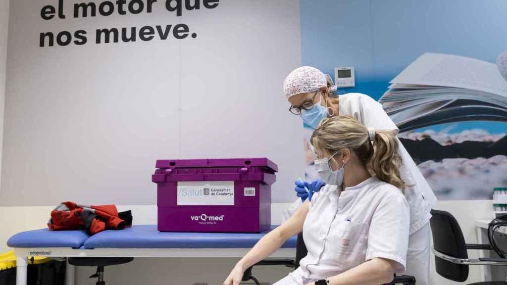 Imagen de la vacunación contra la Covid-19 del personal sanitario de Seat.