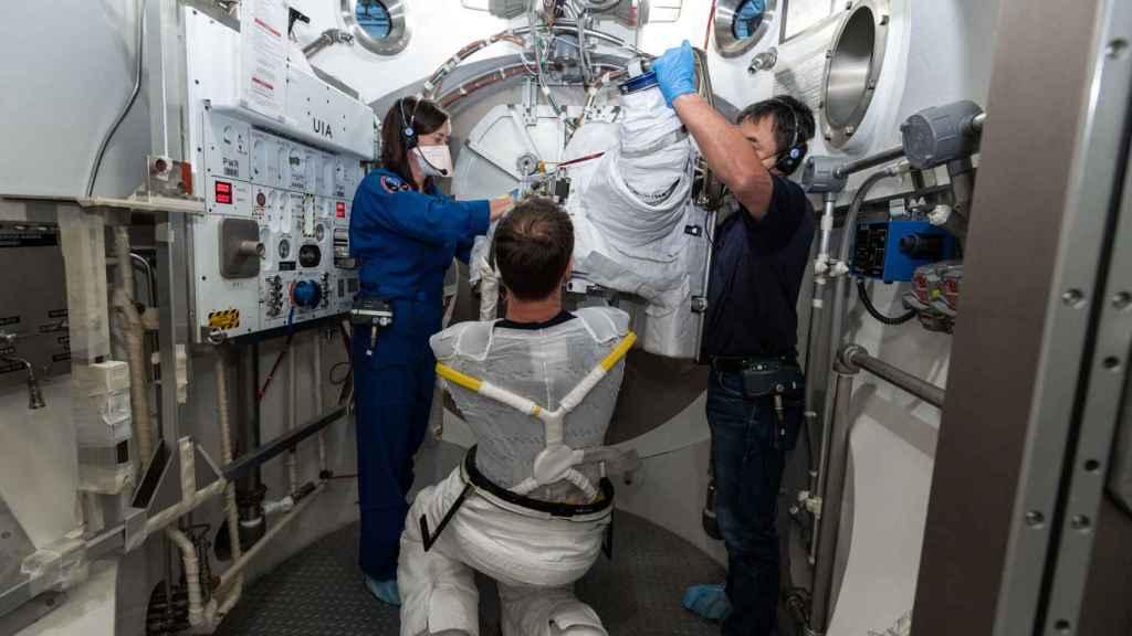 Astronauta vistiéndose
