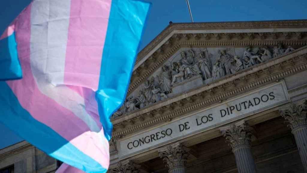 La bandera trans, frente al Congreso de los Diputados.
