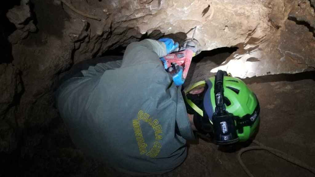 Un agente de la Guardia Civil durante las labores de rescate en la cueva de Albacete.