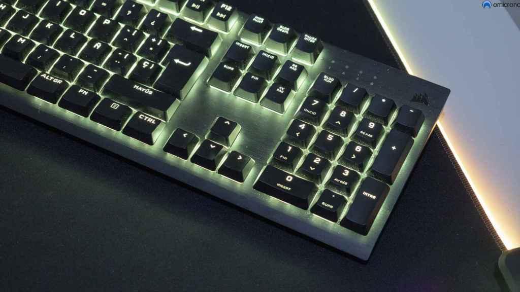 Tiene teclado alfanumérico.