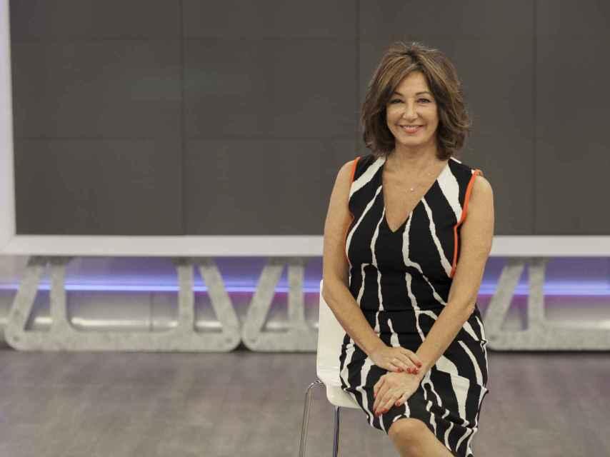Ana Rosa Quintana posa en su plató de Telecinco.